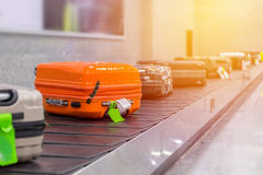 Koffer of bagage met transportband in de luchthaven royalty-vrije stock foto
