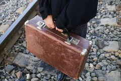 Koffer in der Hand, reisend Stockfotografie