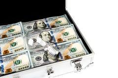 Koffer des Geldes mit hundert Dollar und der Glühlampe für Idee an Lizenzfreies Stockfoto