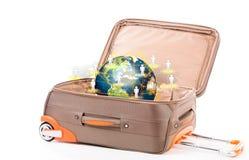Koffer en aarde op een witte achtergrond Royalty-vrije Stock Afbeelding