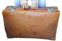 Koffer en oude vrouwen` s handen royalty-vrije stock fotografie