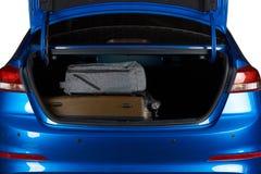 Koffer en rugzak in moderne autoboomstam stock foto
