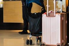 Koffer en wandelwagen stock afbeelding