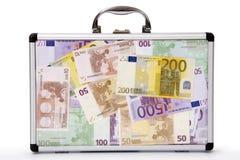 Koffer gefüllte Euro-anmerkungen Stockfotografie