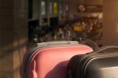 Koffer im Flughafenabfahrtaufenthaltsraum stockbild