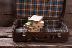 Koffer met boeken op de oude raad Royalty-vrije Stock Foto