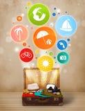 Koffer met kleurrijke de zomerpictogrammen en symbolen Royalty-vrije Stock Afbeelding