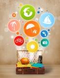 Koffer met kleurrijke de zomerpictogrammen en symbolen Stock Afbeelding