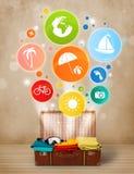 Koffer met kleurrijke de zomerpictogrammen en symbolen Stock Foto's