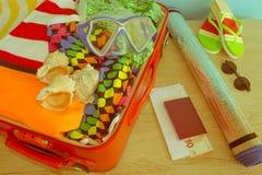 Koffer met verschillende die dingen op reis worden voorbereid Koffer met kleren en persoonlijke die dingen voor het reizen worden Royalty-vrije Stock Afbeeldingen