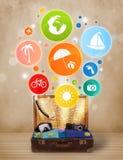 Koffer mit bunten Sommerikonen und -symbolen Stockfotografie