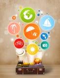 Koffer mit bunten Sommerikonen und -symbolen Lizenzfreies Stockfoto