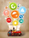 Koffer mit bunten Sommerikonen und -symbolen Lizenzfreies Stockbild