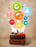 Koffer mit bunten Sommerikonen und -symbolen Lizenzfreie Stockfotografie