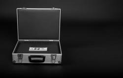 Koffer mit einem Bündel Geld Lizenzfreies Stockbild