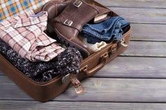 Koffer mit Kleidung Lizenzfreies Stockfoto