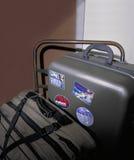 Koffer mit Reisenaufklebern auf handc Stockfoto