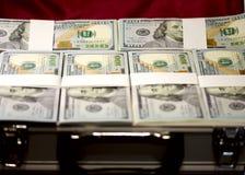 Koffer mit Satz Dollar Lizenzfreie Stockfotos