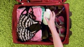 Koffer mit Sommerkleidung stock footage