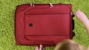 Koffer mit Sommerkleidung stock video