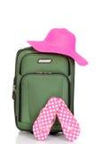 Koffer mit Strandhut und -Sandalen stockfoto