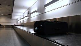 Koffer oder Gepäck mit verteilendem Förderband in der Gepäckausgabe im internationalen Flughafen Montreal-Flughafen stock footage