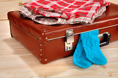 Koffer, overhemden en sokken op houten achtergrond Royalty-vrije Stock Foto