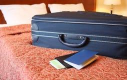 Koffer, paspoort en portefeuille stock afbeeldingen