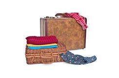 Koffer, rieten boomstam en kleren royalty-vrije stock afbeeldingen
