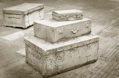 Koffer-Skulptur im Sepia Stockbild