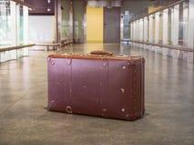 Koffer uitstekende retro in luchthavenhal Concept toerisme en Royalty-vrije Stock Afbeeldingen