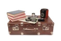 Koffer und Retro- Kamera acht Stockfotografie