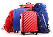 Koffer und Rucksäcke auf Weiß Lizenzfreies Stockfoto