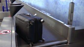 Koffer verschieben sich auf einem Förderband am Flughafen, am persönlichen Eigentum und an der Steuerung stock video