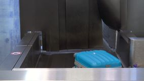 Koffer verschieben sich auf einem Förderband am Flughafen, am persönlichen Eigentum und an der Steuerung stock video footage
