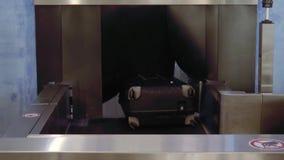 Koffer verschieben sich auf einem Förderband am Flughafen, am persönlichen Eigentum und an der Steuerung stock footage