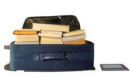 Koffer voll Bücher mit eBook Leser lizenzfreie stockfotos