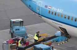 Koffer werden in einem Flugzeug geladen lizenzfreie stockfotografie