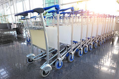 Kofferkuli im Flughafenabfertigungsgebäude Lizenzfreies Stockbild