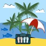 Kofferreisender mit Schiefern unter dem Strandschirm und der Palme Lizenzfreie Stockfotos