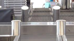 Koffers bij het bewegen van bagagetransportband bij de internationale luchthaven stock videobeelden