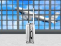 Koffers in de zitkamer van het luchthavenvertrek, vliegtuig op achtergrond, het concept van de de zomervakantie, reizigerskoffers stock foto