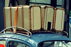 Koffers op een bagagedrager op het dak van de oude auto Vinta Royalty-vrije Stock Fotografie