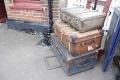 Koffers op karretje op platform Stock Foto's