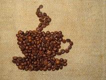 Koffie Ñ  uit geroosterde koffiebonen wordt samengesteld op jute die royalty-vrije stock foto