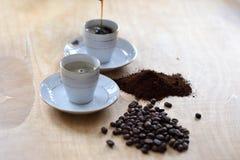 Koffie aan kop wordt gegoten die royalty-vrije stock foto's