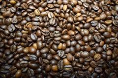 Koffie achtergrondkoffiebonen Stock Afbeeldingen