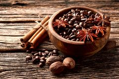 Koffie, anijsplant, kaneel en notemuskaat op houten achtergrond royalty-vrije stock fotografie