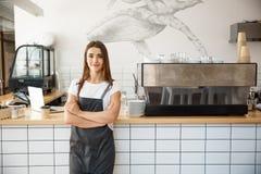 Koffie Bedrijfseigenaar Concept - Portret van gelukkige aantrekkelijke jonge mooie Kaukasische barista in schort die glimlachen b Royalty-vrije Stock Foto's