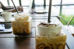 Koffie, bevroren koffie op lijst houten achtergrond in koffie Stock Afbeelding